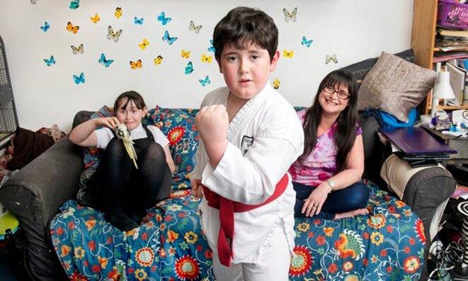 Rachel Cotton avec Deborah (neuf) et Michael (sept) .Rachel a découvert qu'elle était autiste lors de la recherche des symptômes de Deborah. © Photographie: Linda Nylind pour le Guardian