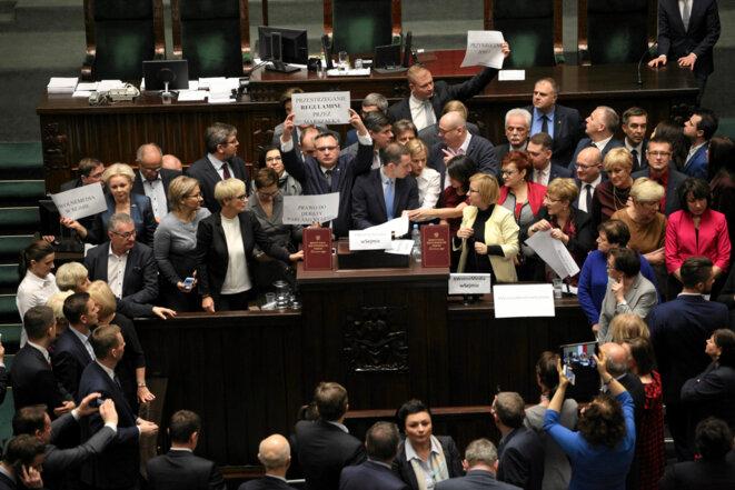 Début de l'occupation du Parlement par les députés de l'opposition polonaise, le 16 décembre 2016 © Reuters