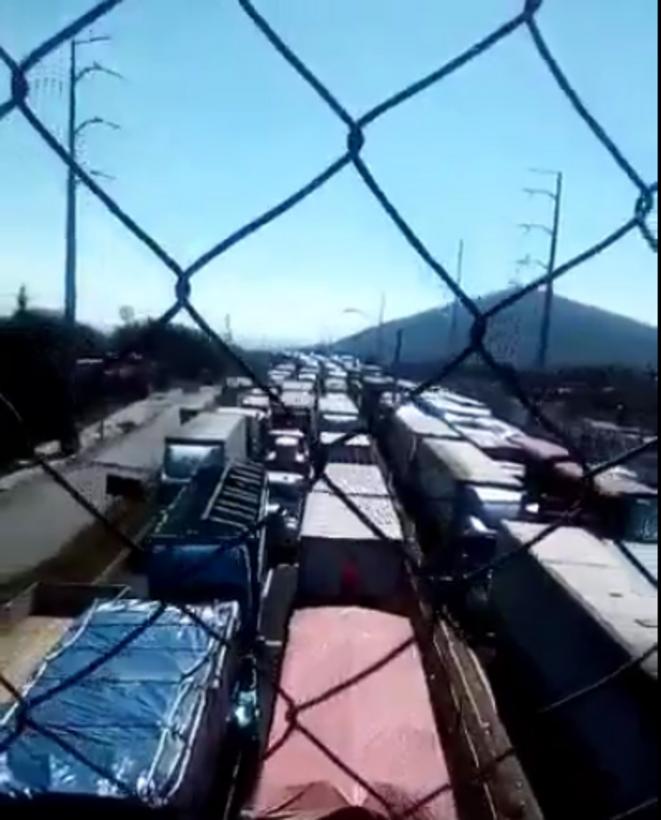 Autoroute paralysée, poids lourds immobilisés à Ixmiquilpan, Mexique © @erodros