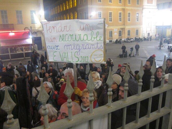 Sur cet écriteau, un manifestant rappelle les propos de Manuel Valls le 25 juillet 2012 devant le Sénat. Alors ministre de l'intérieur, il souhaitait mettre fin au délit de solidarité. © LF