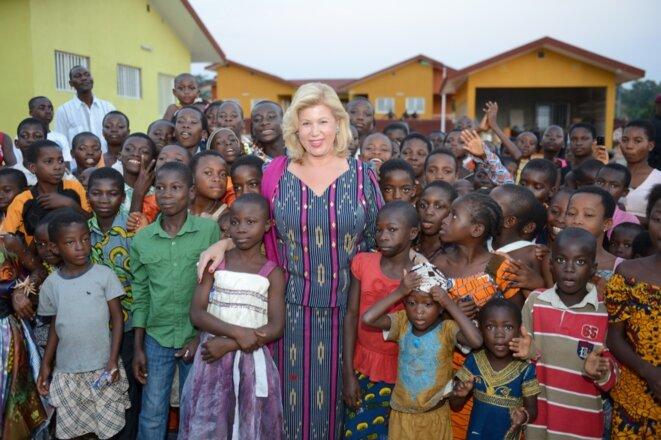 Dominique Nouvian et des enfants ivoiriens