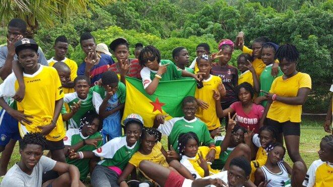 La Jeunesse guyanaise d'APATOU sur la rive droite de la basse vallée du MARONI.
