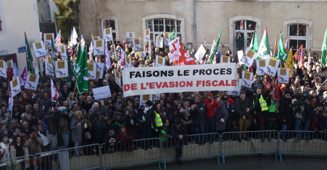 Protesters in Dax, south-west France, turned the trial into an attack on tax evasion.