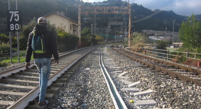 A migrant heading to France from Italy along railway tracks out of Ventimiglia. © LF