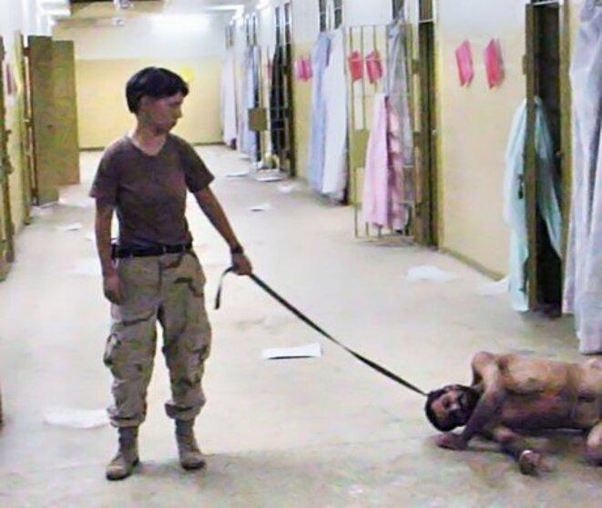 L'une des photos des tortures dans la prison d'Abu Ghraib en Irak, qui font éclater le scandale en mai 2004