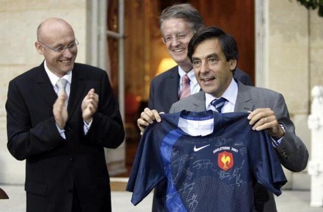Bernard Laporte et François FIllon en septembre 2007, peu avant que le premier devienne secrétaire d'État aux sports dans le gouvernement du second. © Reuters/Charles Platiau