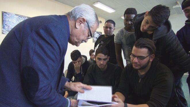 Sbah Berbagui et les élèves © Grand ensemble