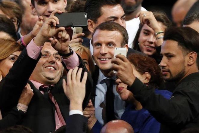 18 octobre 2016 : séance selfies à l'issue d'un meeting d'Emmanuel Macron à Montpellier (Hérault) © Reuters