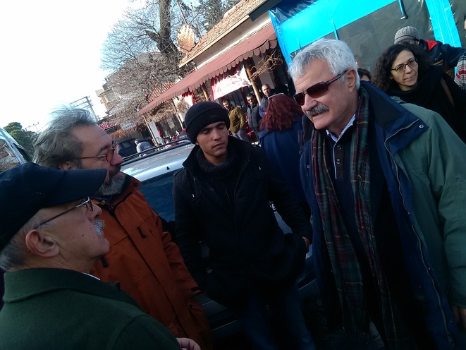 Au centre un réfugié Kurde, Aylan, à gauche d'Aylan, le professeur Cem Terzi, à droite un ancien maire turc inquiété par les autorités, à gauche un membre de l'association grecque, ancien maire,  de Mytilène