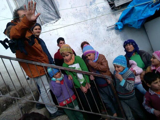Le professeur de Chirurgie Cem Terzi avec des réfugiés kurdes regroupés dans une maison abandonnée