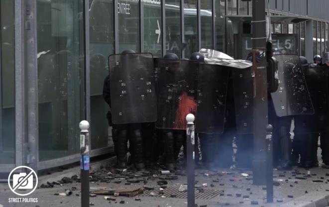"""Capture d'écran de la vidéo de Street Politics - """"l'attaque"""" de l'hôpital Necker © Street Politics"""