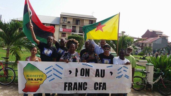 Les militants du Mouvement  International pour les Réparations-Guyane (MIR-Guyane), du Komité Drapo et de l'Organisation Guyanaise des Droits Humains (OGDH), place du coq à Cayenne.