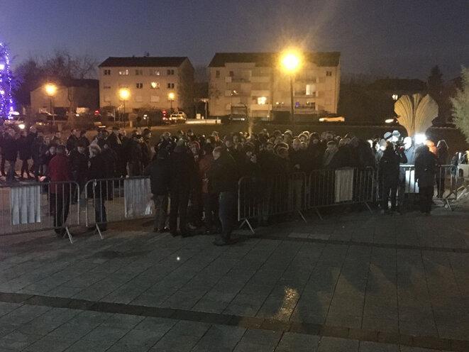 Dès 18 heures, une heure et demie avant le début du meeting, des dizaines de personnes font déjà la queue à Florange © CG