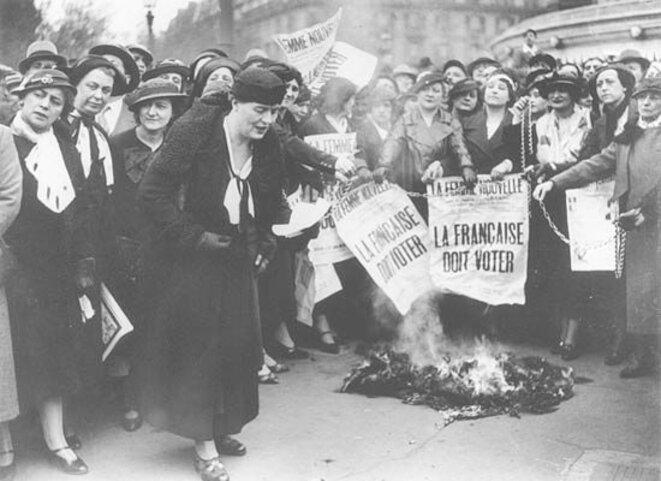 La militante Louise Weiss entourée de sufragettes, en 1935