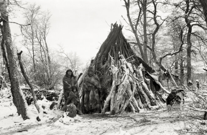 Ventura Tenenesk, son épouse Rosa Kauxia et leur fils au campement du lac Fagnano. © Martin Gusinde / Anthropos Institut / Éditions Xavier Barral