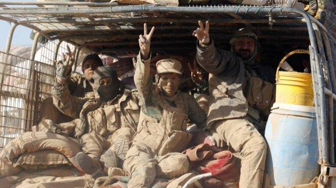 Des combattants des brigades Al-Badr, la plus importante des milices chiites, affrontent l'Etat islamique à l'aéroport de Tal Afar, le 20 novembre 2016. © Reuters