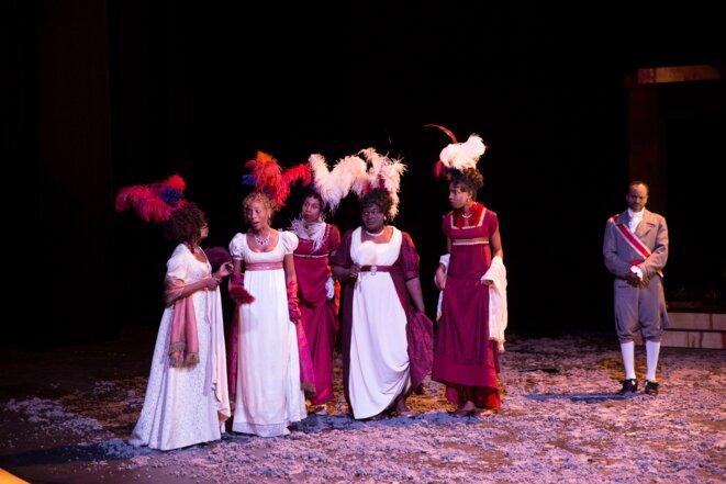 4eme en partant de la gauche : Yaya Mbile Bitang en scène avec la robe de courtisane
