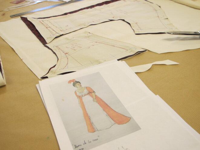 Au premier plan, la maquette de la robe