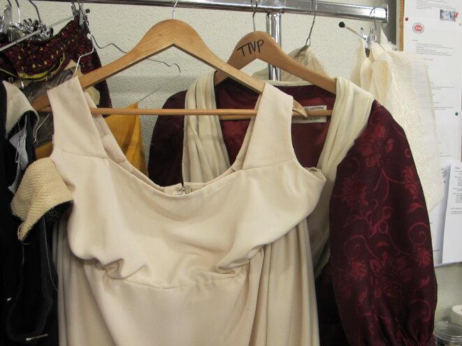Au premier plan, la robe. Au second, le manteau de robe.