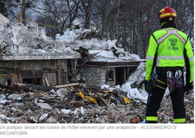 un-pompier-devant-les-ruines-de-l-hotel-enseveli