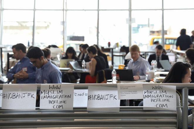 Des juristes bénévoles installés à l'aéroport JFK de New York, lundi 30 janvier. © Reuters