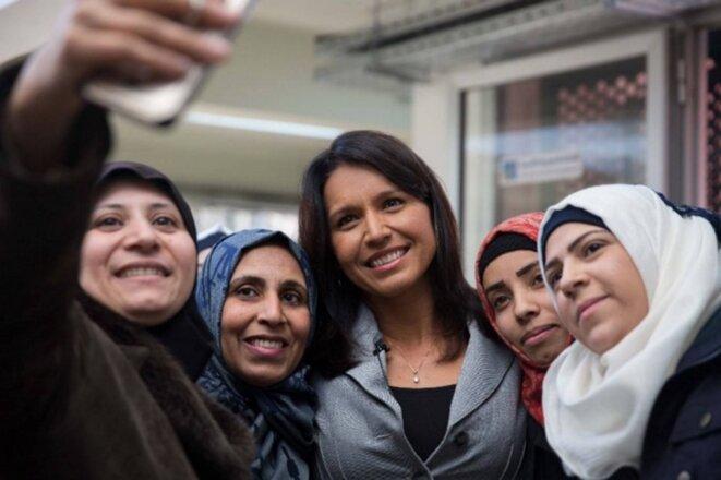 """« J'ai rencontré ces femmes admirables, qui viennent de Barzi. La plupart d'entre elles ont des maris ou des membres de leurs familles qui combattent au sein d'al-Nosra/al-Qaïda, ou avec l'Armée arabe syrienne. Lorsqu'elles viennent dans ce foyer municipal, elles mettent tout cela de côté, elles se font de nou-veaux amis, et elles apprennent différentes tâches telles que la couture, préparant leur avenir. Elles ne se connaissaient pas avant de fréquenter ce foyer, et aujourd'hui elles sont comme des """"sœurs"""" qui partagent leurs joies et leurs peines. »"""
