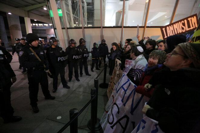 Des manifestants contre le décret anti-immigrés de Donald Trump à l'aéroport JFK à New York, le 28 janvier 2017. © Reuters