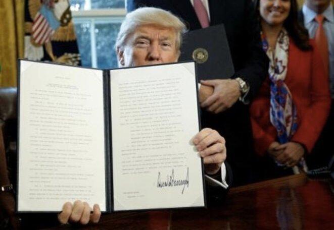 Donald Trump signant le 3 février l'ordre qui remet en cause la loi Dodd-Frank © Maison Blanche