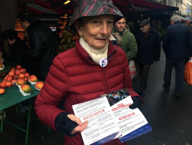 Martine, militante filloniste, sur le marché de la rue Poncelet, le 5 février © ES