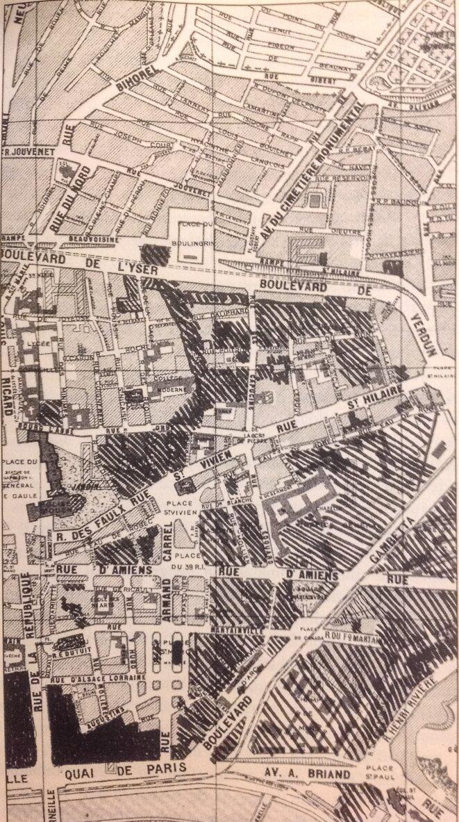 """En hachures grasses, les quartiers détruits depuis 1945 (d'après Patrice Quéréel, """"La ville évanouie, Rouen, un demi-siècle de vandalisme"""", Saint-Aubin-lès-Elbeuf, Page de Garde, 1999)"""