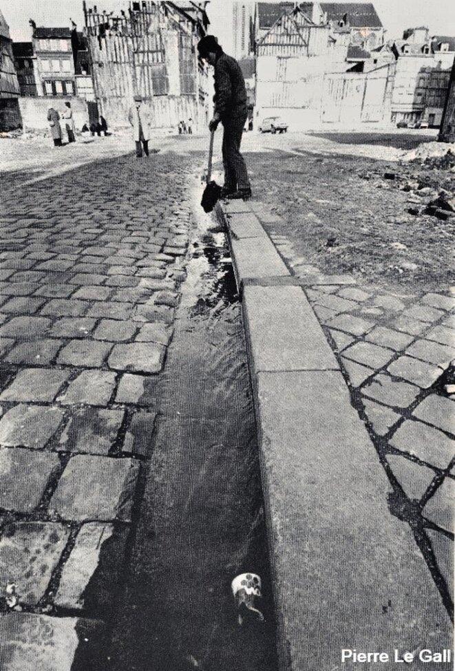 Îlot B (quartier bas Saint-Nicaise), pavés du roi d'une rue évanouie, la rue Théodore Lebreton, ouvrier-poète rouennais © Pierre Le Gall