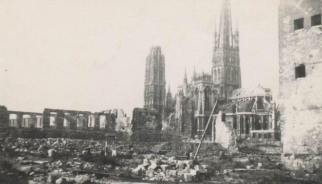 """Les alentours de la cathédrale de Rouen, après les bombardements de la """"Semaine rouge"""" (30 mai-5 juin 1944)"""