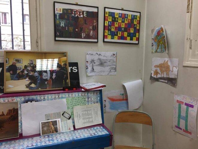 Les murs de la grande salle du fond sont couverts de dessins d'enfants © AC