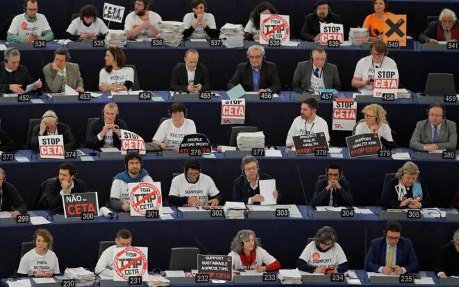 Des eurodéputés opposés au Ceta, en février 2017 à Strasbourg. © Vincent Kessler/Reuters