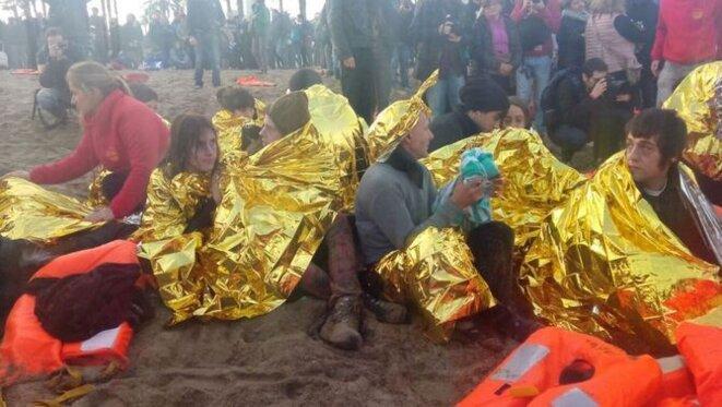 Sur la Barceloneta, le happening d'une compagnie de théâtre simulait l'arrivée de pneumatiques surchargés de gens et un sauvetage piloté par l'ONG Pro Activa Open Arms, des volontaires actifs à Lesbos et au large de la Libye