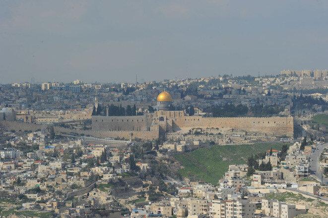"""El barrio palestino de Silwan, justo a los pies de la muralla de Vieja Ciudad de Jerusalén, a la izquierda de esta foto, uno de los más codiciados por los colonos israelíes, que ven la """"Ciudad de David"""" como un lugar bíblico. © Mehdi Chebil"""