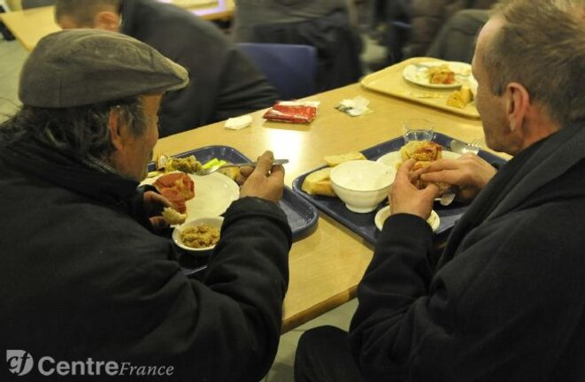 sdfet-sans-abris-distribution-de-repas-au-prado-illustration-2957959