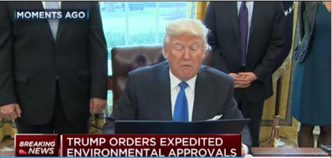Le président DOnald Trump pendant la signature des ordres exécutifs autorisant la construction des pipelines Dakota Access et Keystone XL © CNBC