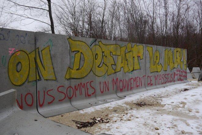 Dans le bois Lejuc, les restes du mur bâti par l'Andra et abattu par les opposants, 10 janvier 2017 (JL).