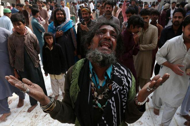 Un homme pleure la mort d'un proche tué lors de l'attentat-suicide dans le sanctuaire. © Reuters