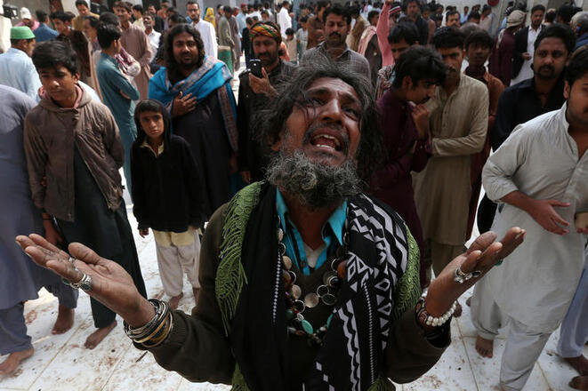 Un hombre llora la muerte de un familiar muerto en el ataque suicida contra el santuario. © Reuters