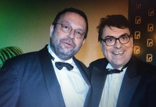 Yann Streiff (à gauche) pose avec le bâtonnier de Paris Frédéric Sicard, au bal du bâtonnier, le 26 novembre 2016. © Mediapart