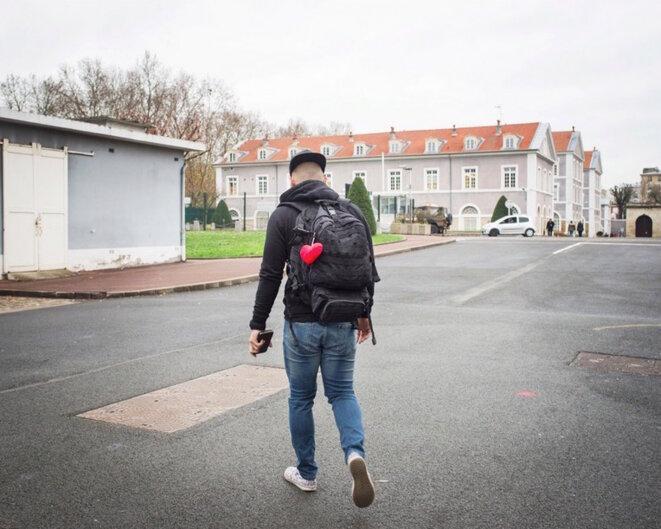 Jeune homme entrant au centre d'information et de recrutement des forces armées de Vincennes © Nadège Abadie / LA FRANCE VUE D'ICI / Signatures