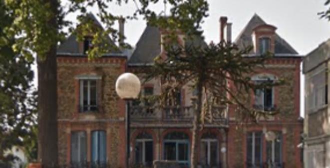 Le second bâtiment du commissariat d'Aulnay-sous-Bois, surnommé « le château de la Star Ac' » par les policiers © DR