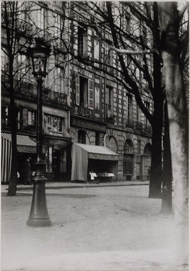 Jacques-André Boiffard, vue de la place Dauphine illustrant Nadja d'André Breton en 1928