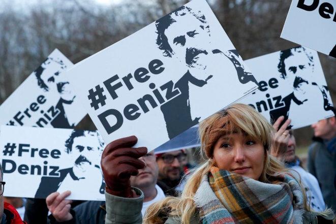 Manifestation en faveur du journaliste Denyz Yücel, incarcéré en Turquie, devant l'ambassade turque à Berlin, le 28 février.