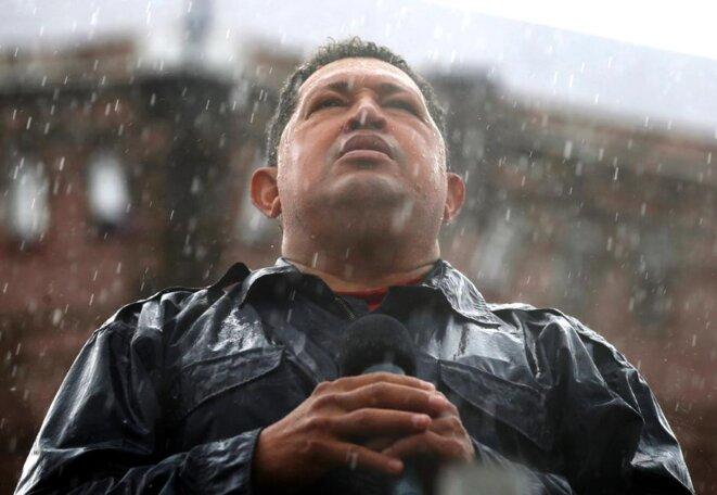 Chavez parle sous une pluie battante à Caracas durant la campagne de 2012 © Jorge Silva/Reuters
