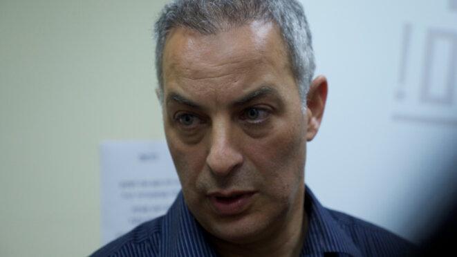 Le chirurgien Eyal Sela opère des blessés syriens en Israël depuis 2013. © Chloé Demoulin