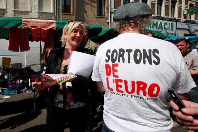 Marine Le Pen en el mercado de Hénin-Beaumont, el 29 de mayo de 2012. © Reuters