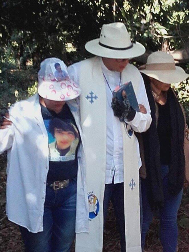 Un prêtre anglican prend dans ses bras deux femmes en pleurs, Etat de Sinaloa, Mexique © Clément Detry